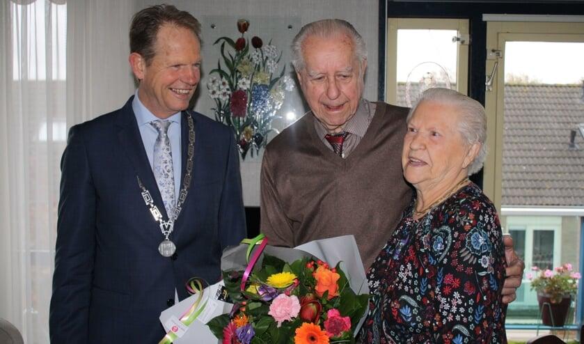 Burgemeester Arie van Erk feliciteert 11 november het echtpaar Joop en Bep Wierda-Van den Bosch.|  Foto en tekst: Piet de Boer.