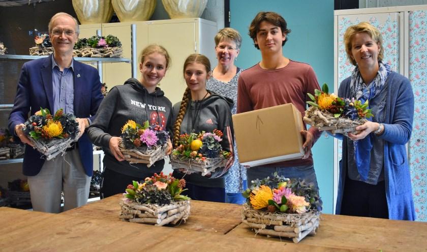 Wethouder Jan Nieuwenhuis samen met leerlingen van het Wellant college, docente Ria Hoogendoorn, Tijs Yesilkagit (Fietskruideniers) en Sandra Poel (Eva).