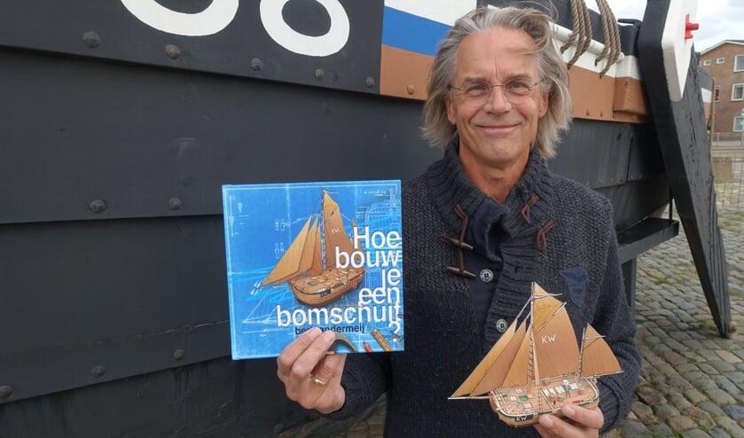 Bert van der Meij met zijn boek bij de KW88 aan de Boulevard.
