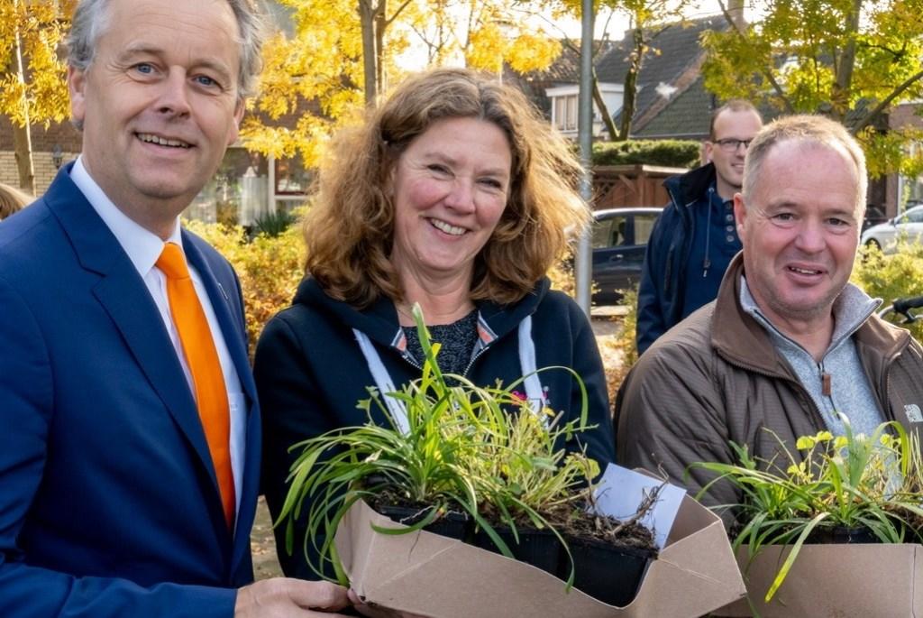Wethouder Willem Joosten overhandigde de eerste plantenpakketten aan José en Christ Kreugel.   Foto: Johan Kranenburg © uitgeverij Verhagen