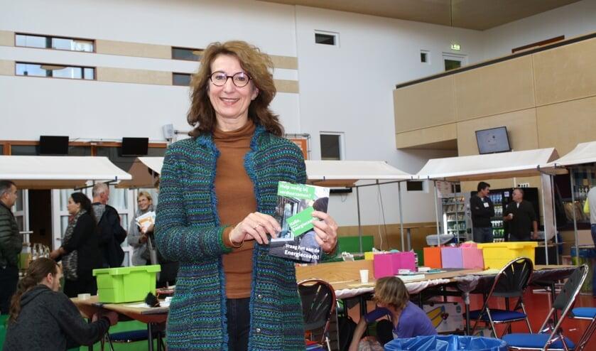 Wethouder Karin Hoekstra met de folder ''Vraag het de Energiecoach.''. | Foto en tekst: Piet de Boer.