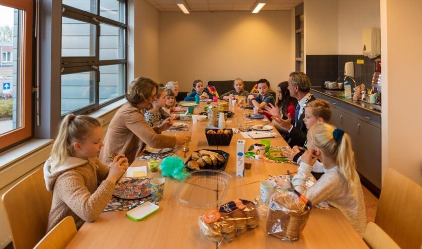 Locoburgemeester Matthijs Huizing samen met leerlingenraad Joris de Witte aan het Schoolontbijt.