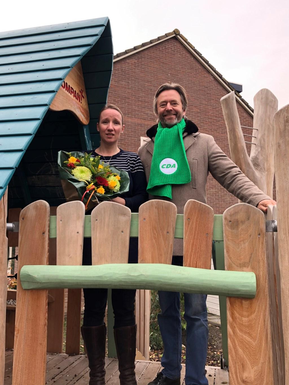 Huibrecht Bos bracht bloemen naar Jeanine van Jaarsveld. Foto: PR © uitgeverij Verhagen