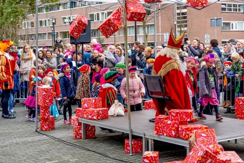 Sinterklaas bij winkelcentrum Santhorst.  Foto: J.P. Kranenburg © uitgeverij Verhagen