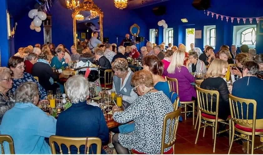 Genieten van gezelligheid, muziek en heerlijk eten in de sfeervolle Blauwe Vogelzaal van Brasserie Park.