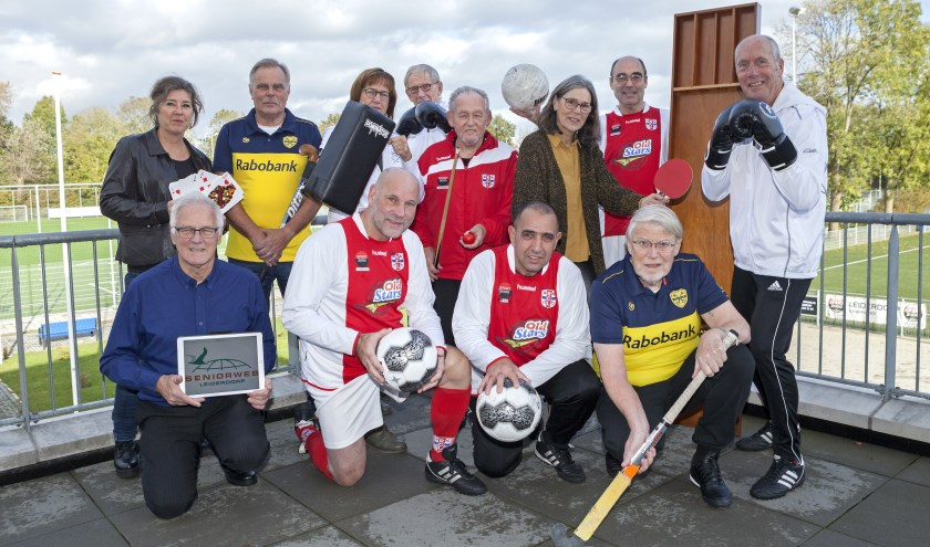De commissie Clubhuis De Derde Helft, met Koos Koster staand tweede van links, laat zien wat er allemaal mogelijk is op de Derde Helft-ochtenden.