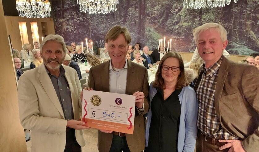 De cheque werd in ontvangst genomen Hannelore Rosenkotter, bestuurslid van de Stichting en Rotarian Sako Zeverijn, die zelf alvleesklierkanker heeft.