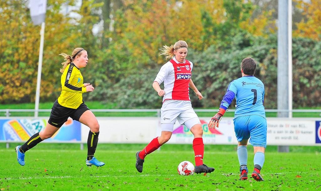 Claudia Owel omspeelt doelvrouw Dionne Vasmeer en scoort uit een onmogelijke hoek de 3-1 voor RCL. Foto: Gert Jan van Heyningen © uitgeverij Verhagen