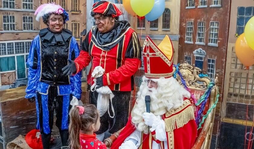 Roetveegpieten op het podium bij Sinterklaas in Winkelhof.
