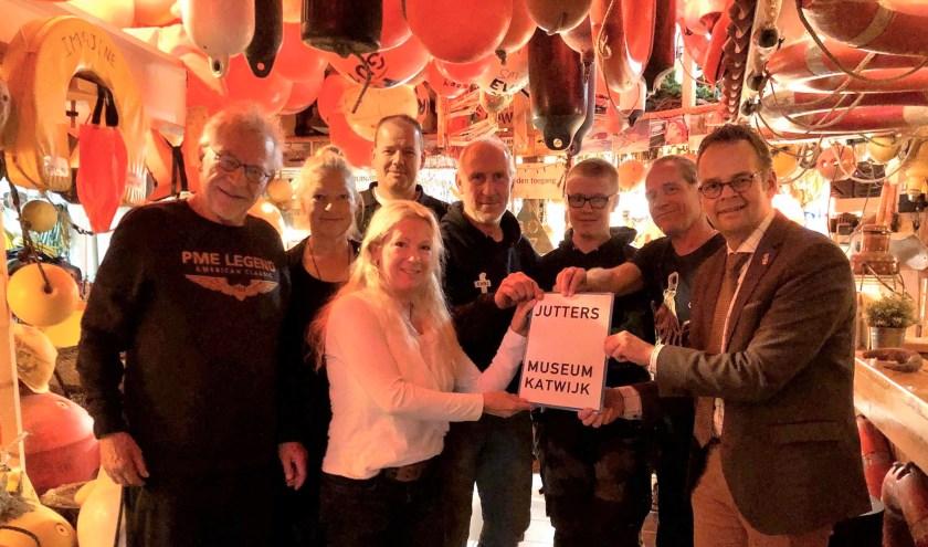 De initiatiefgroep overhandigt het plan aan de wethouder Knape (rechts).