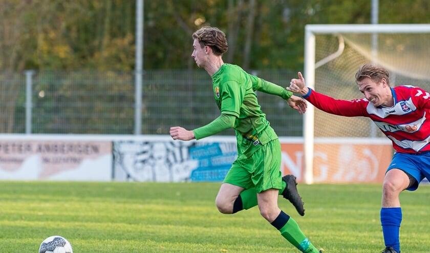 Tim Bakker is de defensie van FC Oudewater te snel af.