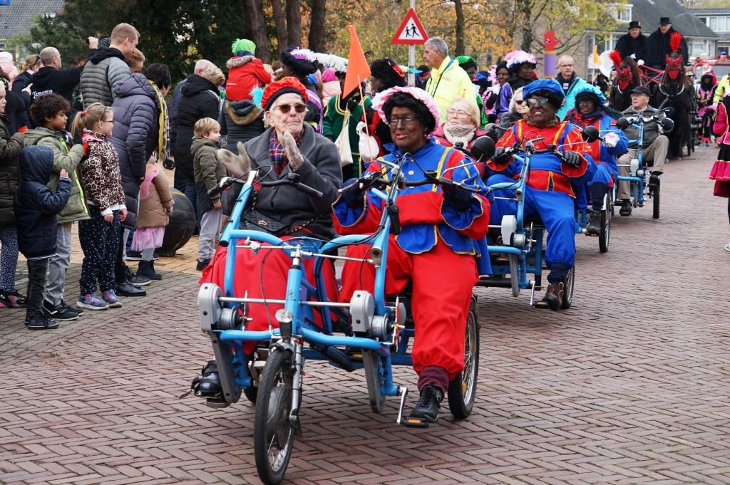 Vier duofietsen van Fietsmaatjes LeidenLeiderdorp reden mee met de rijtoer van Sinterklaas door het dorp. Foto: Corrie van der Laan © uitgeverij Verhagen