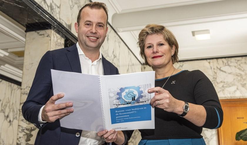 Voorzitter van  Economie 071 Yvonne van Delft en voorzitter VNO-NCW Rijnland Martijn van Pelt presenteerden de strategie.