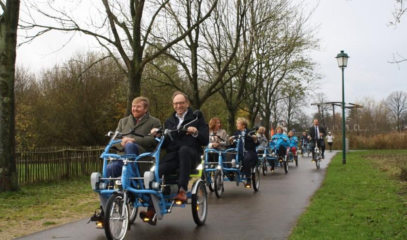 Fietsmaatjes en deelnemers fietsend over Koudenhoorn in Warmond. Initiatiefnemer Jan Burgmeijer vergezeld Koning Willem-Alexander op de fiets. Foto: Piet de Boer)