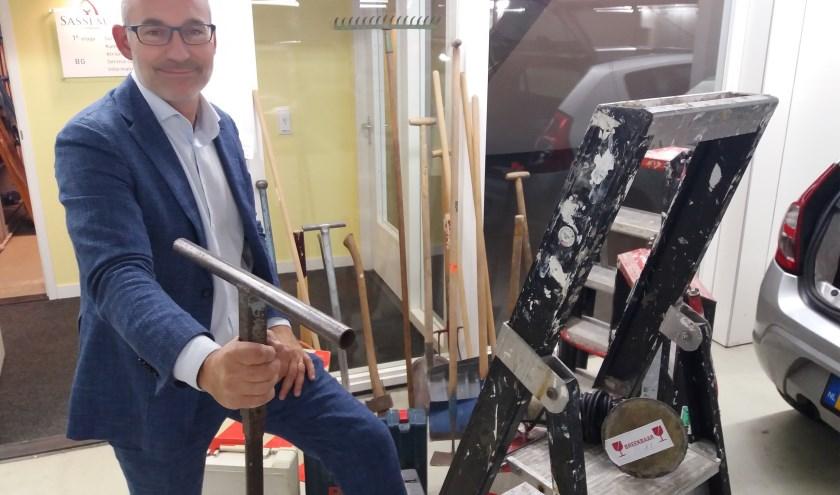 Johan van Buren overhandigde de materialen. | Foto: PR