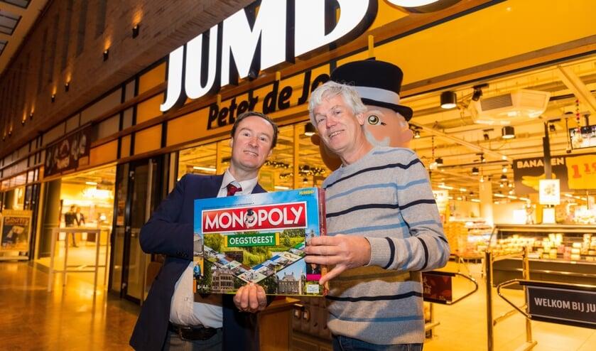 Jumbo-bedrijfsleider Rien de Haas overhandigt het spel, in aanwezigheid van Mr. Monopoly, aan Wil van Elk. | Foto Willemien Timmers