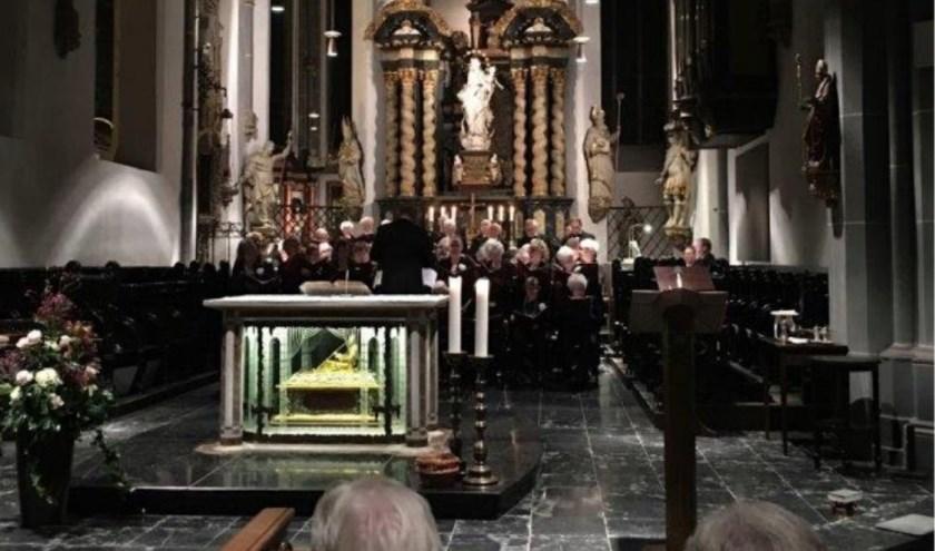 Het koor tijdens de uitvoering in de Lambertus Kirche te Düsseldorf.