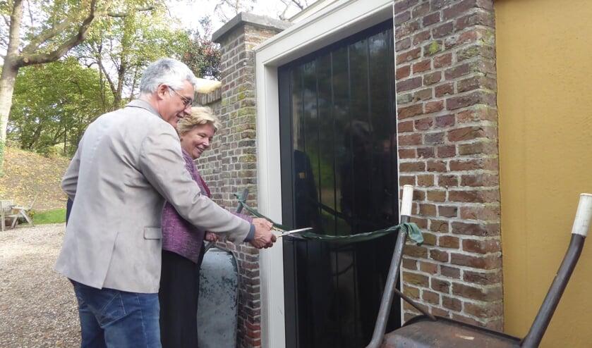 Wethouder van den Berg en mevrouw De Zoete verrichten de opening bij de tuinpoort. | Foto: Ina Verblaauw