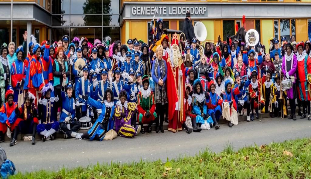 Sinterklaas, burgemeester Driessen, de muzikanten van Tamarco en heel veel Pieten voor het gemeentehuis.  Foto: J.P. Kranenburg © uitgeverij Verhagen