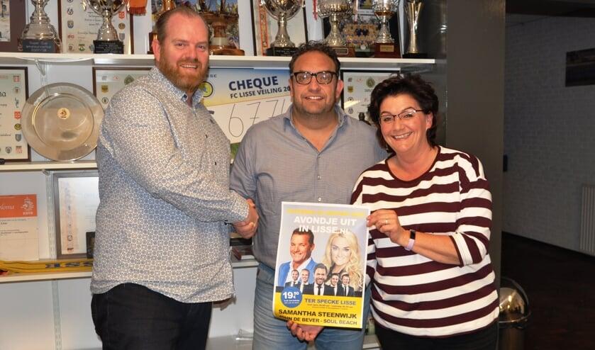 Rob van der Poll (De Gaapstokken), Leon Annokkee (FC Lisse) en penningmeester van De Gaapstokken Margreet Randsdorp