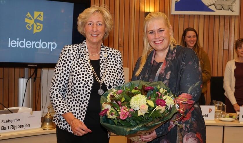 De kersverse wethouder Martine de Bas (rechts) krijgt bloemen van burgemeester Laila Driessen. | Foto: C. v.d. Laan