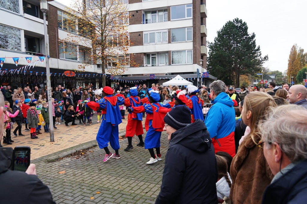 Het publiek werd tijdens het wachten op Sinterklaas vermaakt door danspieten. Foto: Corrie van der Laan © uitgeverij Verhagen