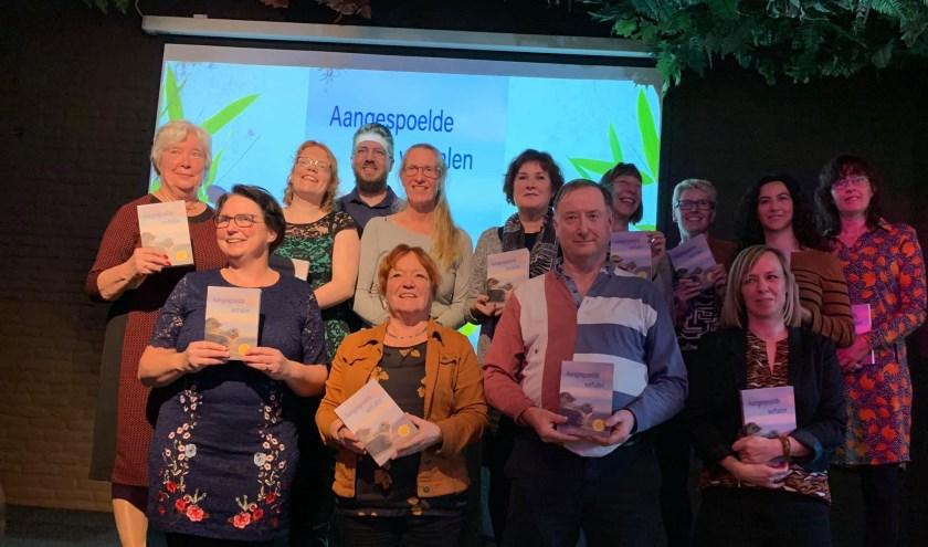 De auteurs met rechts achter, vierde van links met baard, Alexander Roessen. | Foto: Gerrie van de Berg.