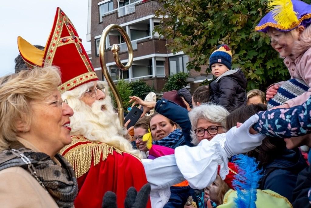 Sinterklaas schudt handjes vlak nadat hij aan land is gekomen, aan de Van der Valk Boumanweg ter hoogte van de Ockenrode.  Foto: J.P. Kranenburg © uitgeverij Verhagen