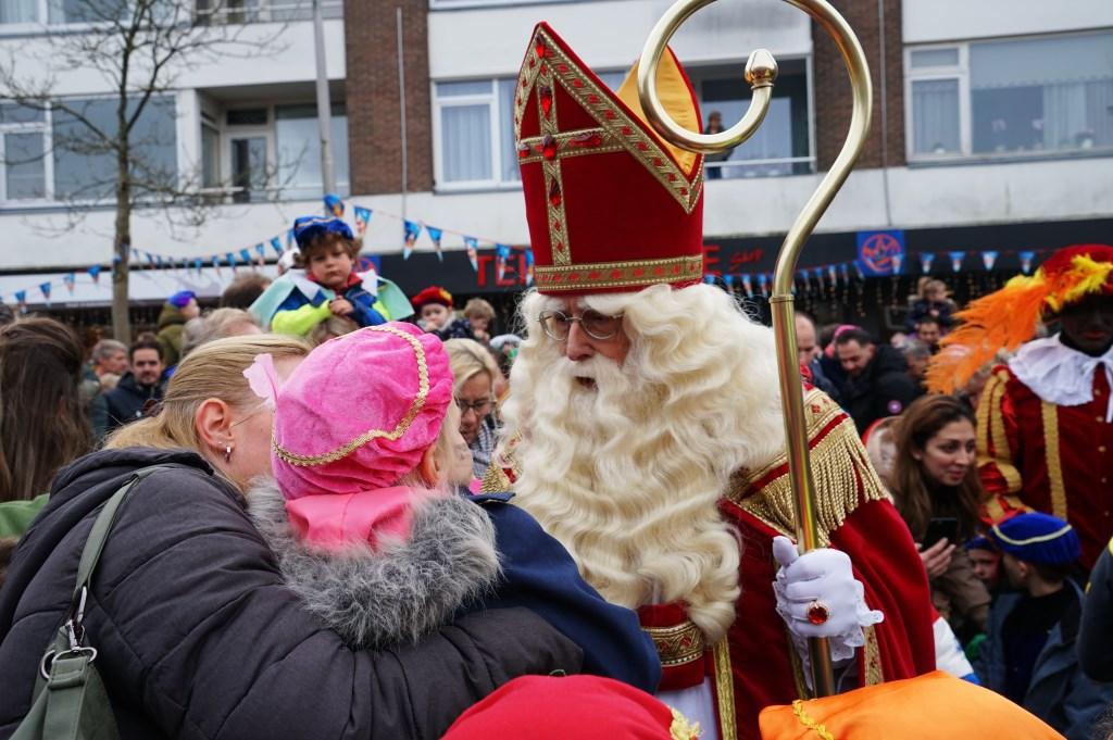 Sinterklaas begroette ook op de Oranjegalerij vele kinderen.  Foto: Corrie van der Laan © uitgeverij Verhagen
