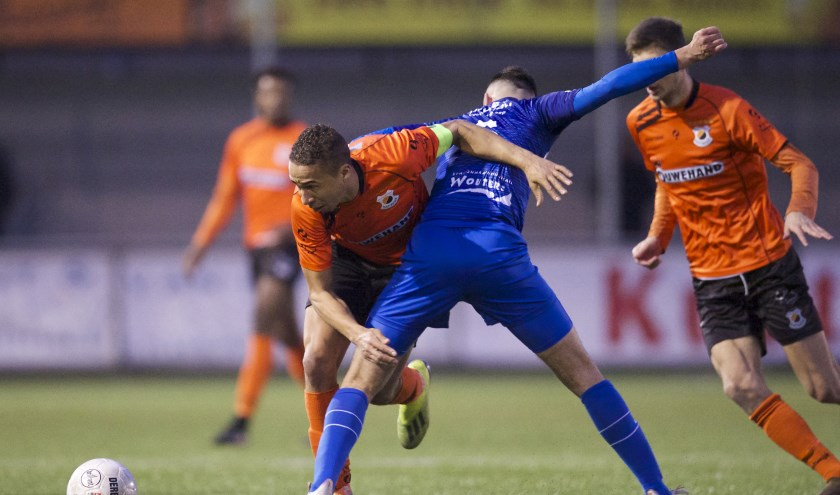Marciano Mengerink wordt gehinderd door Bryan Sirvania van De Treffers. | Foto: OrangePictures