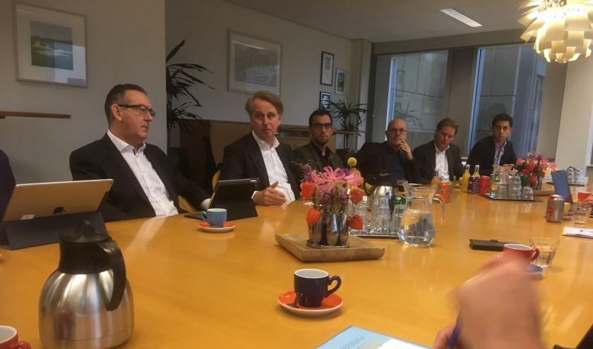 Vertegenwoordigers van diverse gemeenten gingen in gesprek met Dick Benschop (tweede van links).