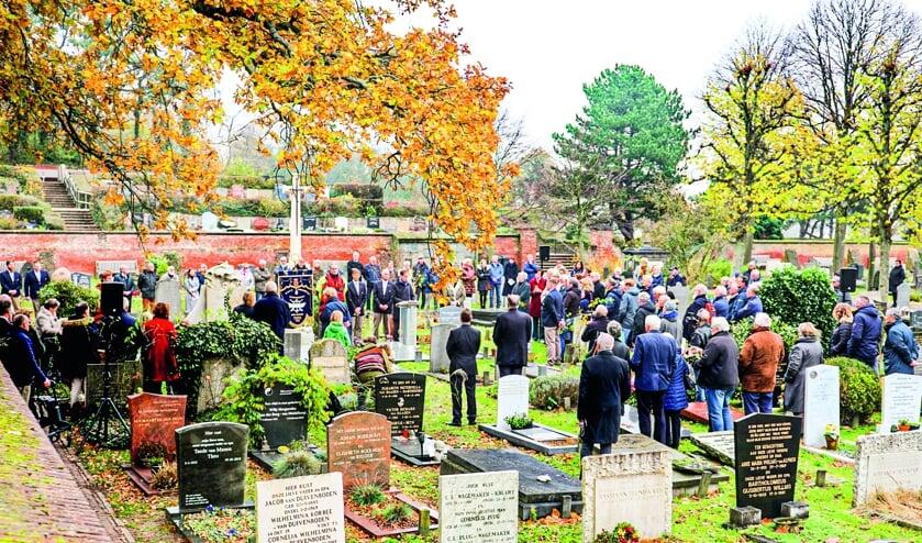 Op de Algemene Begraafplaats werden de omgekomen redders van de scheepsramp uit 1919 herdacht. | Foto: Rob Stokman/KNRM