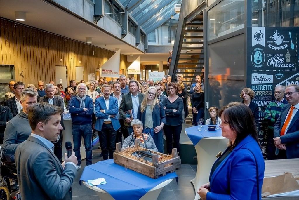 Fractievoorzitter Geert Schipaanboord (CU-SGP) sprak waarderende woorden namens de Leiderdorpse gemeenteraad. Foto: J.P. Kranenburg © uitgeverij Verhagen