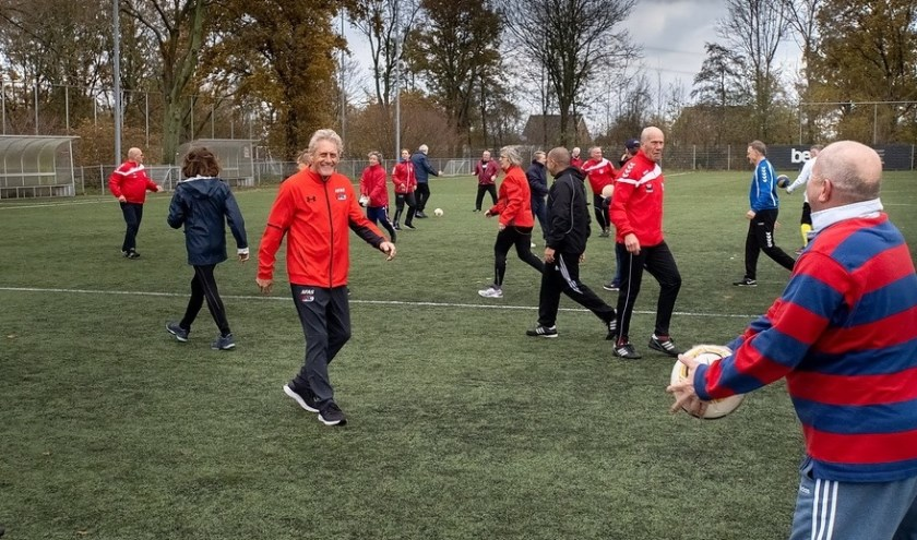 Kees Kist (derde van links in oranje trainingsjack) gaf een training walking football.