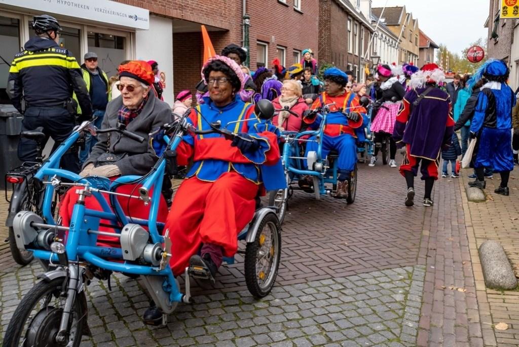 Fietsmaatjes in de Sinterklaasstoet Foto: J.P. Kranenburg © uitgeverij Verhagen