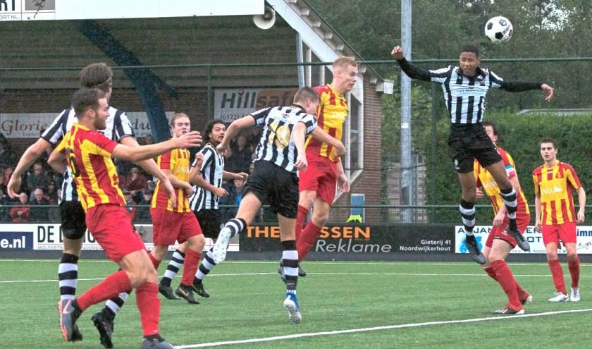 Wesley Haasnoot kopt voor SJC de gelijkmakende 2-2 binnen. | Foto: Johanna Oskam