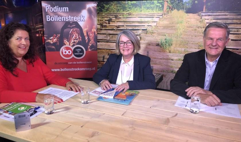 Presentatrice Wilma Gudmundsson aan tafel met Pauline Goedemans en Kees den Elzen. | Foto: pr.