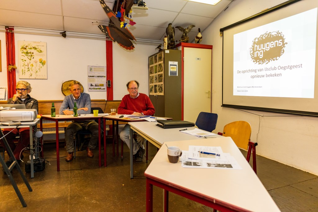Michel van Gent (rechts) gaf een lezing bij de IJsclub Oegstgeest. Foto: Wil van Elk © uitgeverij Verhagen