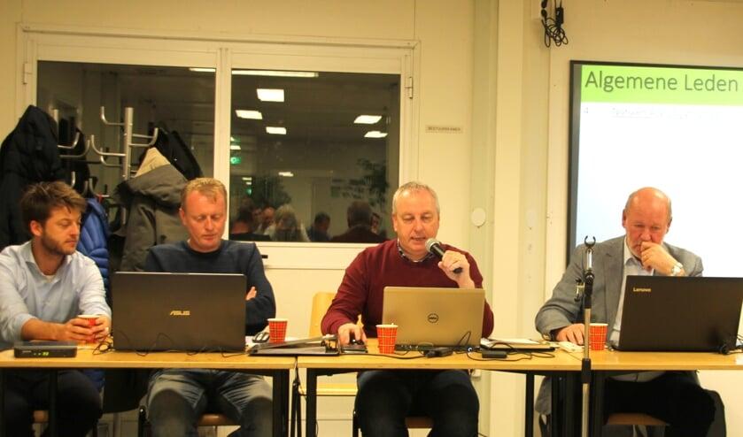 Het SJC bestuur informeert de ledenvergadering over de stand van zaken. | Foto: WS