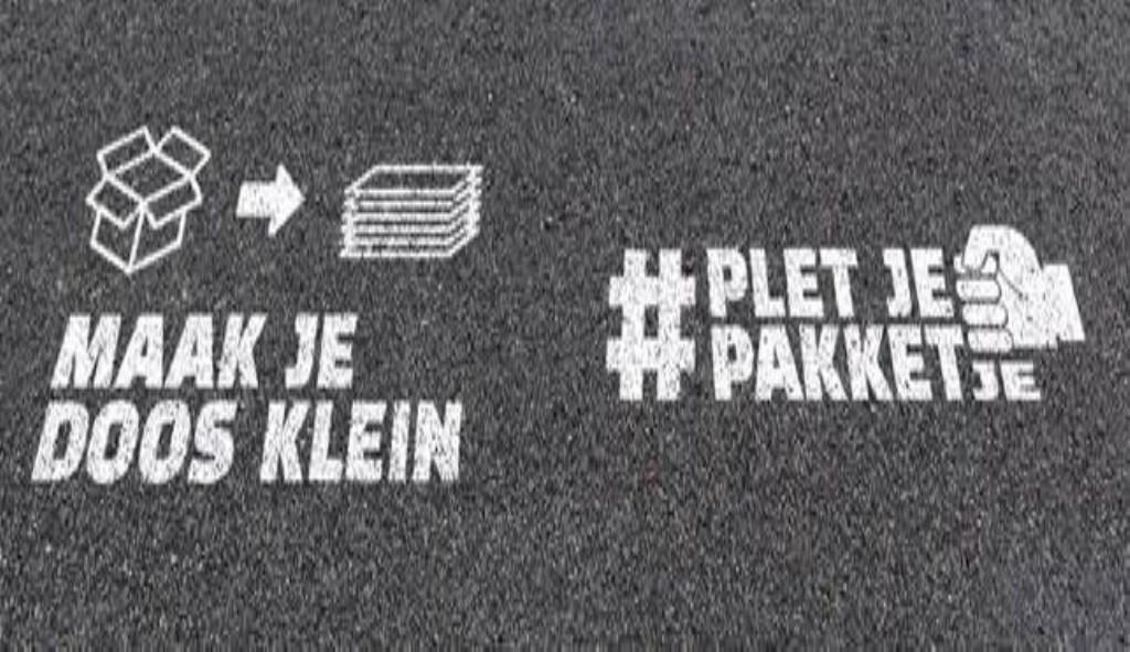 Met deze tekst op de grond worden inwoners gestimuleerd kartonnen dozen op de juiste manier in de papiercontainer te gooien. Foto: pr © uitgeverij Verhagen