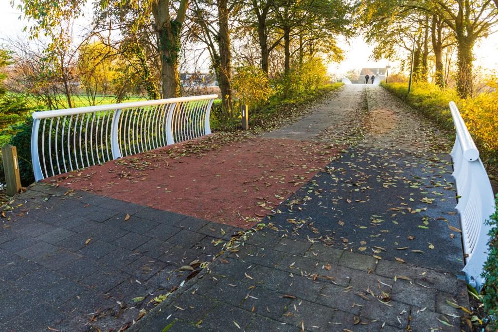 Ook de brug ervoor is opgeknapt. Foto: Wil van Elk © uitgeverij Verhagen
