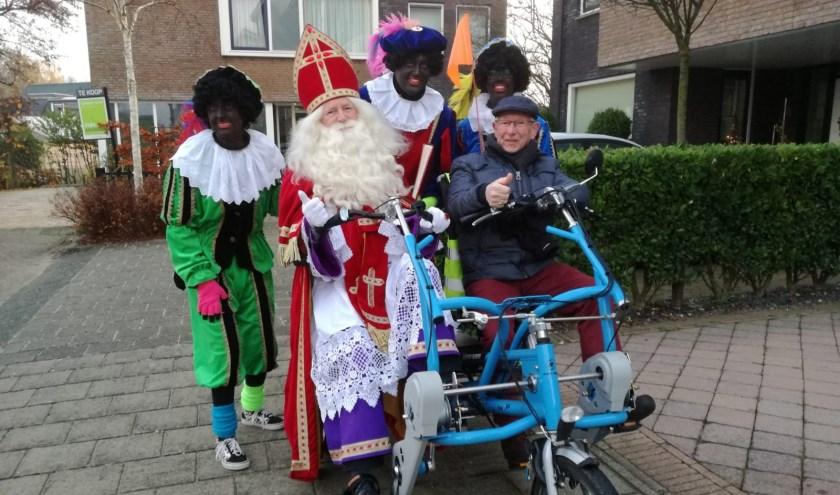 Sint en zijn Pieten bezoeken de Achtbaan met de duofiets van Fietsmaatjes.