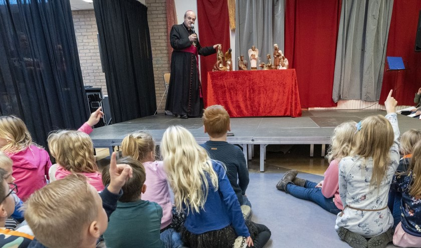 Bisschop Hans van den Hende vertelde het kerstverhaal in zijn eigen woorden.