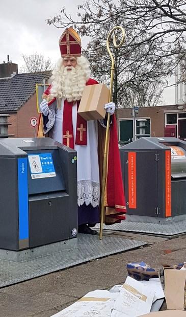 Sinterklaas roept op om kartonnen dozen te pletten en klein te maken.