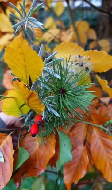 Voor de kerststukjes worden natuurlijke materialen gebruikt.