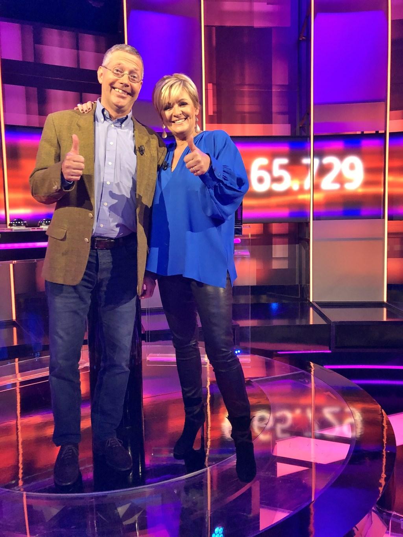 Ruud (60) uit Oegstgeest wint 65.729 euro bij 'Postcode Loterij Eén tegen 100'. Foto:  © uitgeverij Verhagen