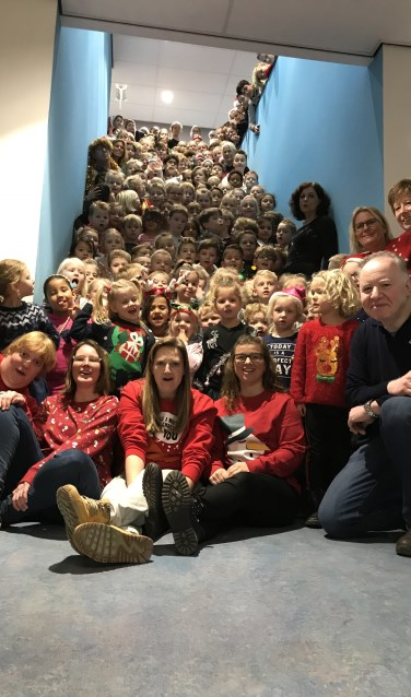 De leerlingen en leerkrachten van de Willem de Zwijgerschool bij elkaar in hun foute kersttruien.