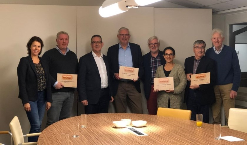 Plaza Totaal Afbouw, Theater Het Onderdak, de Wereldwinkel  en Stichting Welzijn Teylingen ontvangen een plaquette van wethouder Rob ten Boden. | Foto: pr.