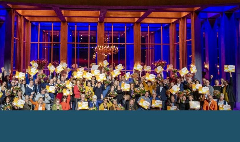Alle winnaars van 51 stichtingen en verenigingen met hun cheque op het podium. | Foto: pr