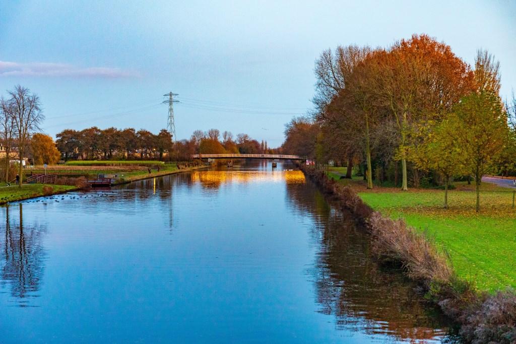 's Avonds is de Jan Hendrik Oortbrug mooi verlicht. Foto: Wil van Elk © uitgeverij Verhagen